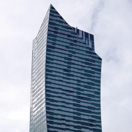 Złota 44 - budynek - zbliżenie
